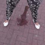 Nach der Schule rotzfrech an die Busshaltestelle gepinkelt :)