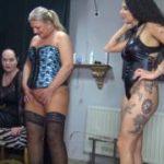 Mara und Rosella pissen einem Sklaven in das Maul!