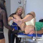 Extrem FemDom mit Luciana und Rosella! Sklavenarschloch gesprengt! Teil 1! Die Gurke!