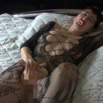 Schnuller Spiel im Catsuit